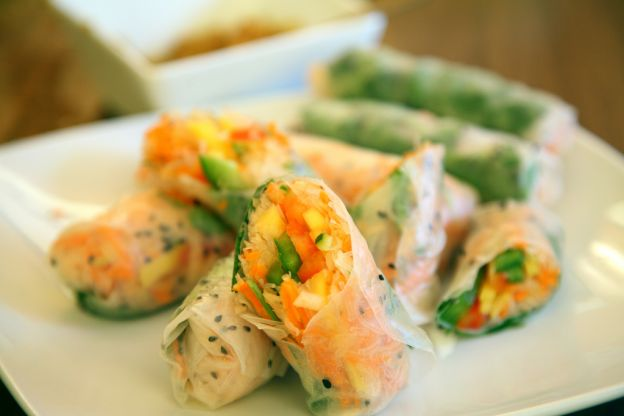 vegetarische thai-summer rolls mit erdnuss-dip (2 portionen)