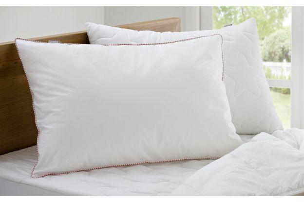So Bekommt Ihr Eure Kissen Wieder Strahlend Weiß