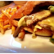 Philly-Cheesesteak mit Cheese-Fries