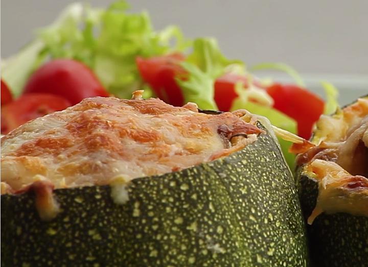 lecker gef llt runde zucchini mit gem se und k se berbacken. Black Bedroom Furniture Sets. Home Design Ideas